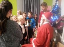 Paczki świąteczne dla dzieci ze świetlicy socjoterapeutycznej przy parafii św. Jana w Legnicy